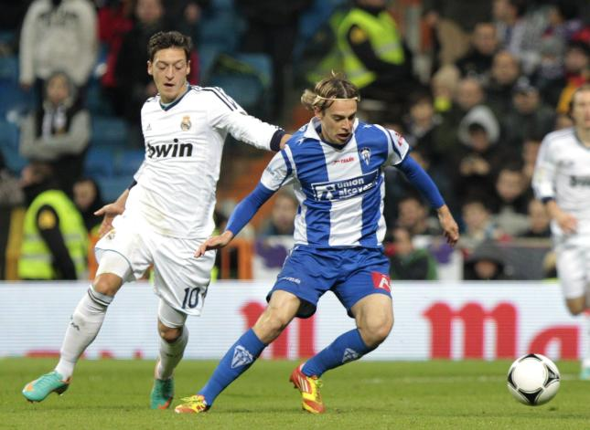 Javi Lara ante Ozil en la eliminatoria que enfrentó al Alcoyano y el Real Madrid.