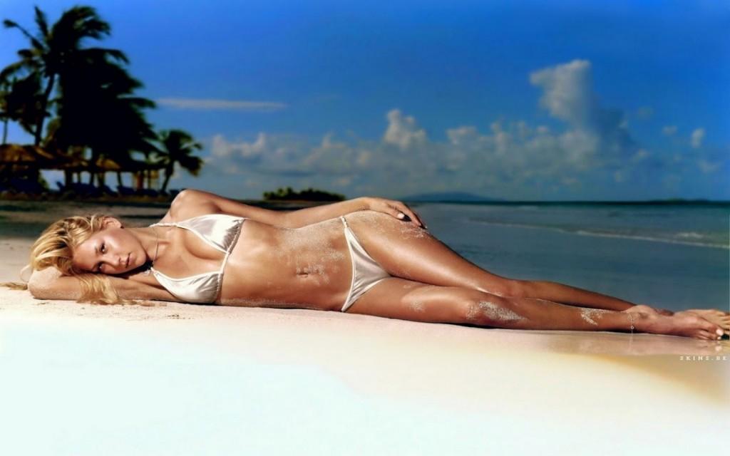 Anna Kournikova in bikini posing in his role model.