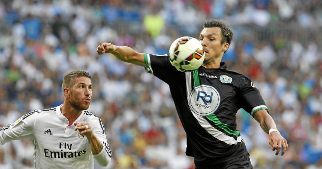 Havenaar controla ante Ramos en su debut con el Cordoba en el Bernabéu.