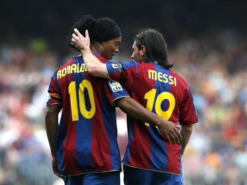 Ronaldinho y Messi coincidieron en el Barcelona. Cuanta magia en una foto.