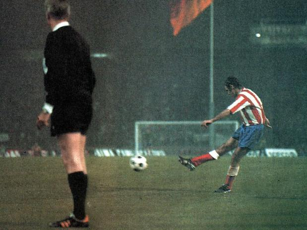 Possibly the best known play Atletico. European Cup Final 1974. Aragonés's free kick against Bayern.