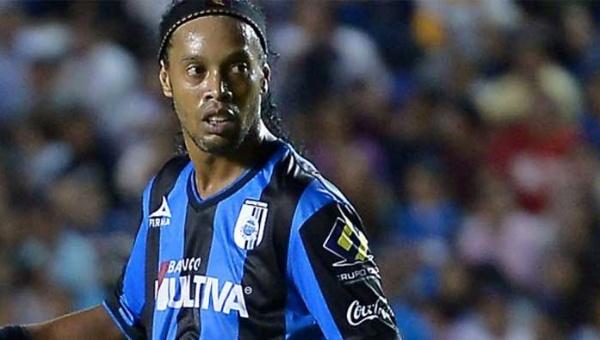 Ronaldinho con la camiseta de los Gallos Blancos de Querétaro.
