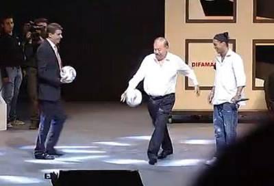 Ronaldinho en su presentación con los Gallos Blancos.