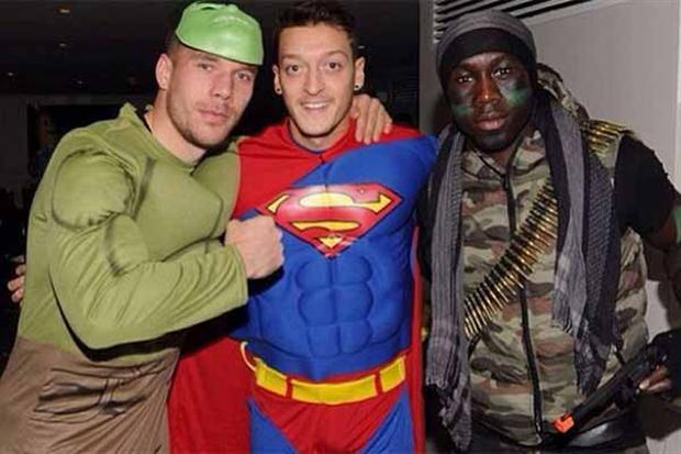 Ozïl se lo pasó bien con sus colegas del Arsenal el año pasado.