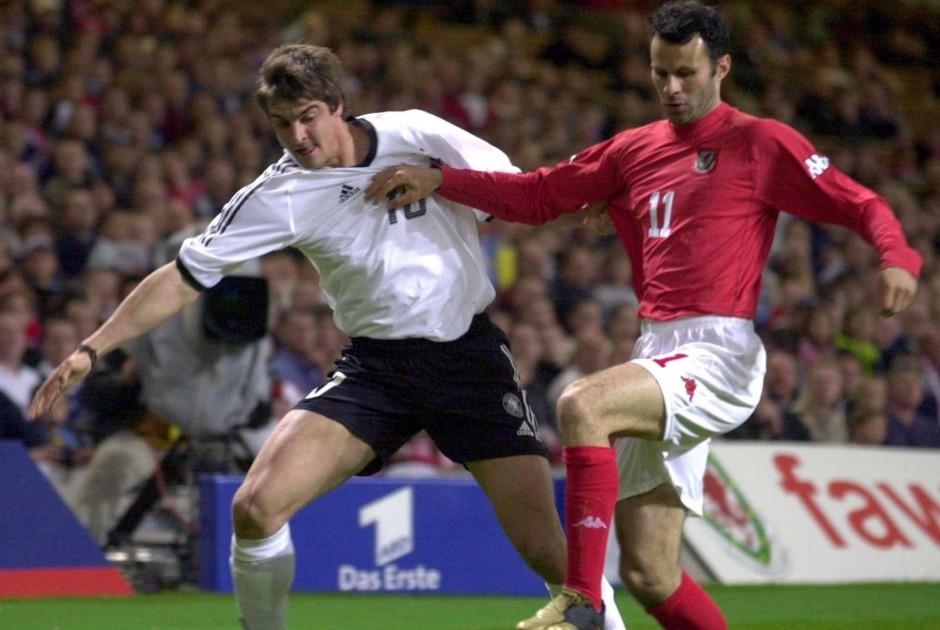 Deisler ante Ryan Giggs en un Alemania-Gales.