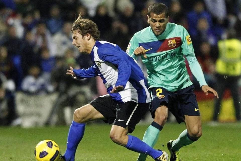 Kiko Femenía ante Alvés en un partido de la temporada 2010/11.