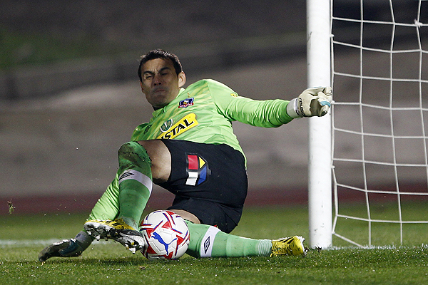 Justo Villar defends the goal of Colo-Colo.