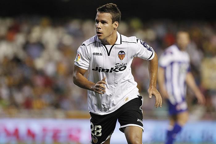 Bernat con la zamarra del Valencia.