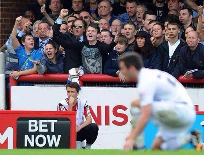 Miren al hombre del puño en alto y las gafas de pera. Es Massimo Cellino, el dueño del Leeds.