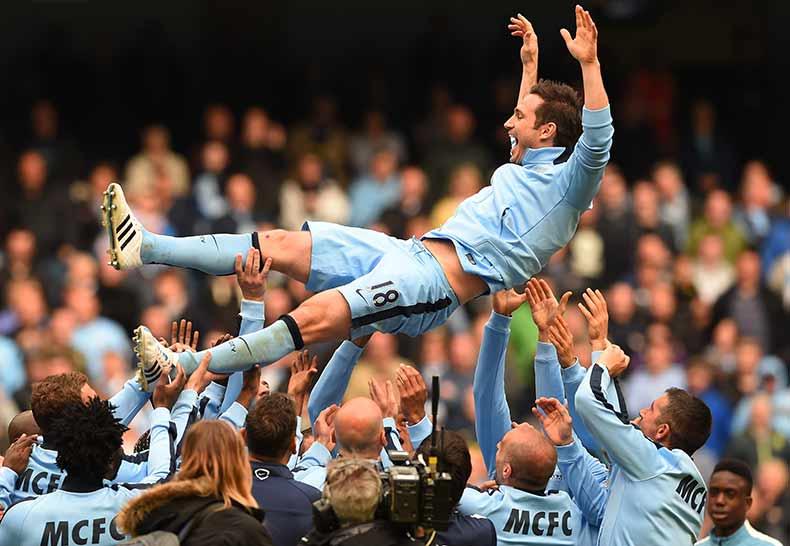 Lampard también se fue manteado del City.