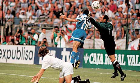 Moment in which Alfredo Santaelena was ahead of Zubizarreta to beat him.