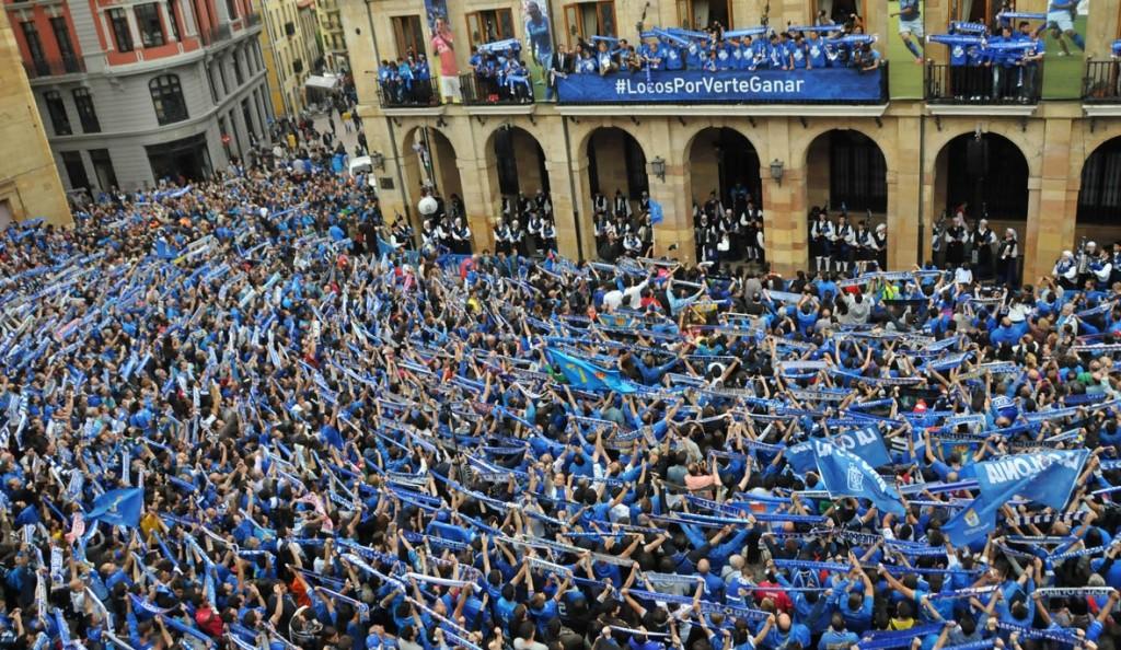 Así celebraron en Oviedo la vuelta a la Segunda División.