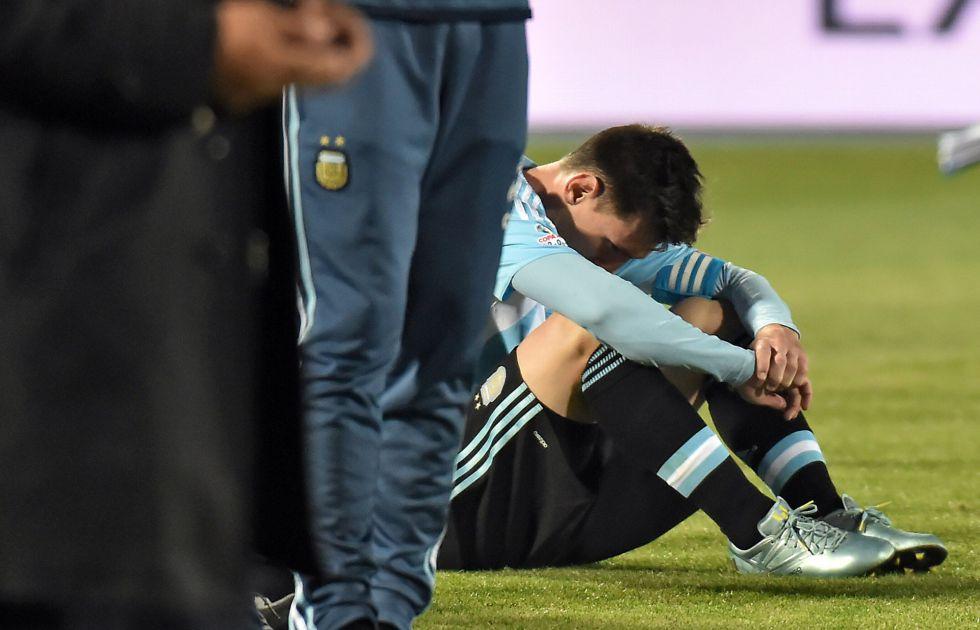 Así de cabizbajo acabó Messi tras perder otra final con Argentina, la segunda seguida. Foto: As.com