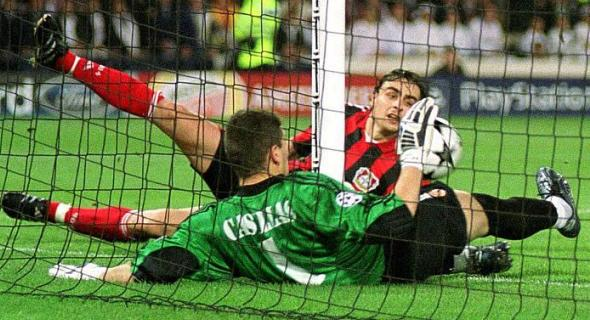Casillas salvó con paradas como ésta al Real Madrid en 2002, la noche de la 9ª en Glasgow.