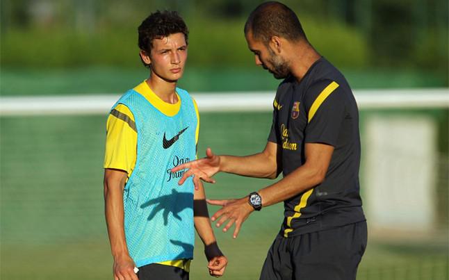 Guardiola dando instrucciones a Babunski en su etapa en el Barcelona.