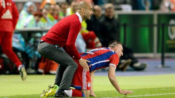 Guardiola dándole cariño a Ribery.