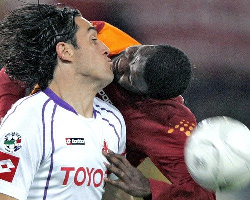 When love tightens matter the time even if it's in a football match. Although frightened face Fiorentina player is no small feat.