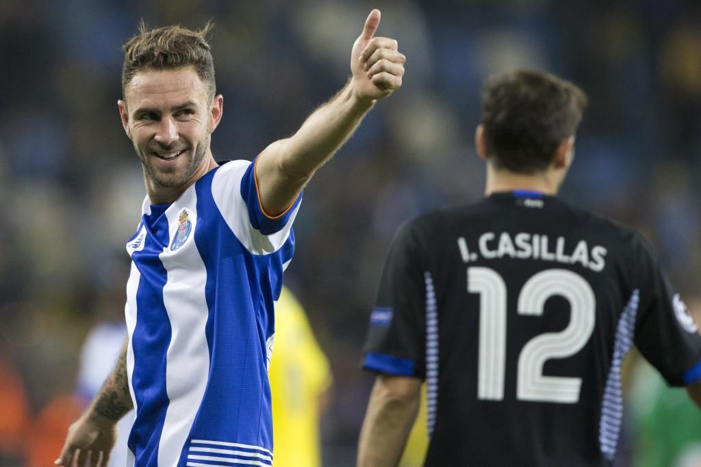 Layún celebra junto a Casillas una victoria del Oporto.