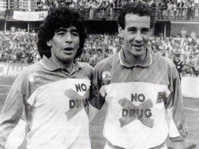 Maradona y Julio Alberto contra la droga...o eso decía la camiseta.