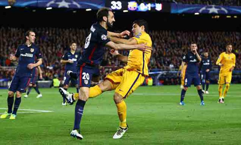 Suárez attacked Juanfran as seen in the photo and Filipe Luis after. yellow and scored the goals saw the victory party.