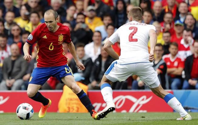 Iniesta fue uno de los mejores de la primera jornada de la Euro para todo el mundo menos para la UEFA. Foto: elconfidencial.com