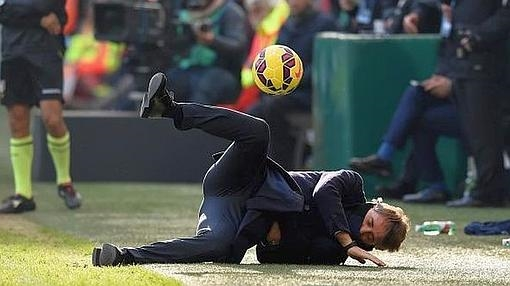 Mancini ended against Genoa on the floor of a pitch.