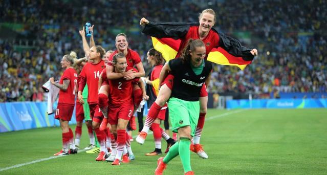 Las alemanas celebrando su victoria en fútbol femenino en los JJOO.