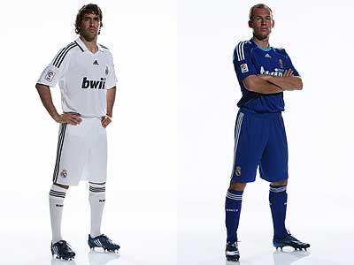 Raul and Robben posing with Real Madrid jerseys 2008/09