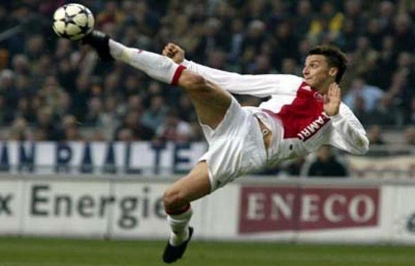 Ibrahimovic realizando un remate espectacular con el Ajax.