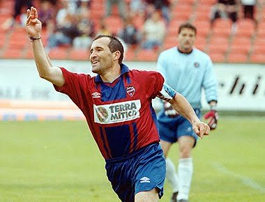 Paco Salillas celebrating a goal with Levante.