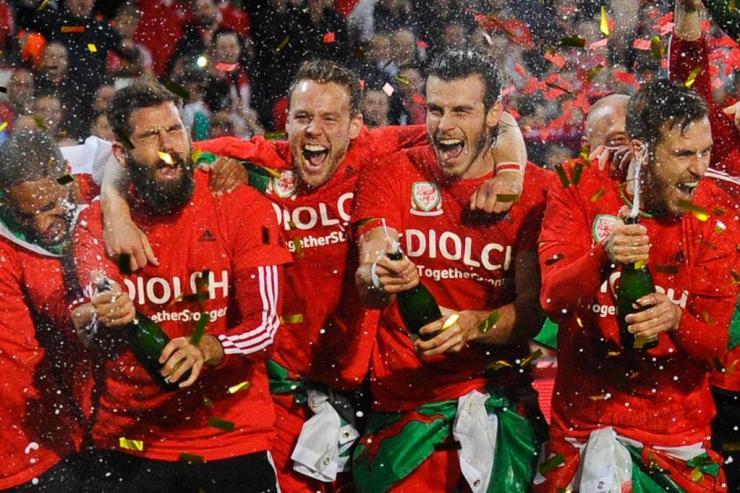 Los jugadores de Gales fueron recibidos a lo grande en su país. Fuente: Fourfourtwo.com