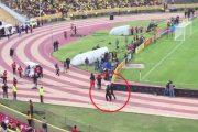Enner Valencia finge lesión para evitar ser detenido por la policía