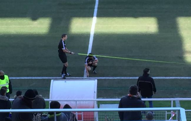 The referee Ray-Sevilla Atlético and their assistants, measured field lines.
