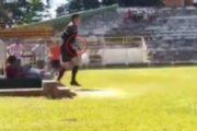 Un árbitro es agredido y saca una pistola en mitad del partido