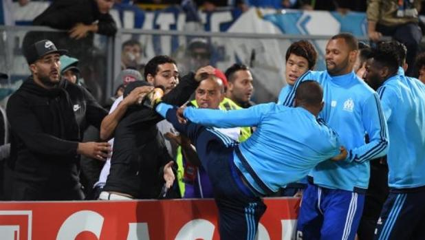 Evra lees to Cantona and kicks him a fan of Marseille