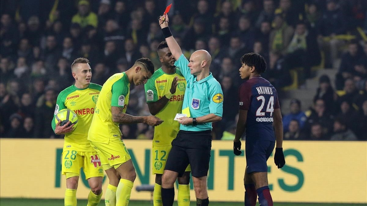 Referee assaults player, ejects and ends sanctioned, It occurred in the Nantes-PSG