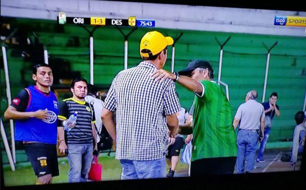 Néstor Clausen, entrenador del Oriente Petrolero boliviano, abandona el banquillo de su equipo con 3-1 y... ¡acaban 4-4!