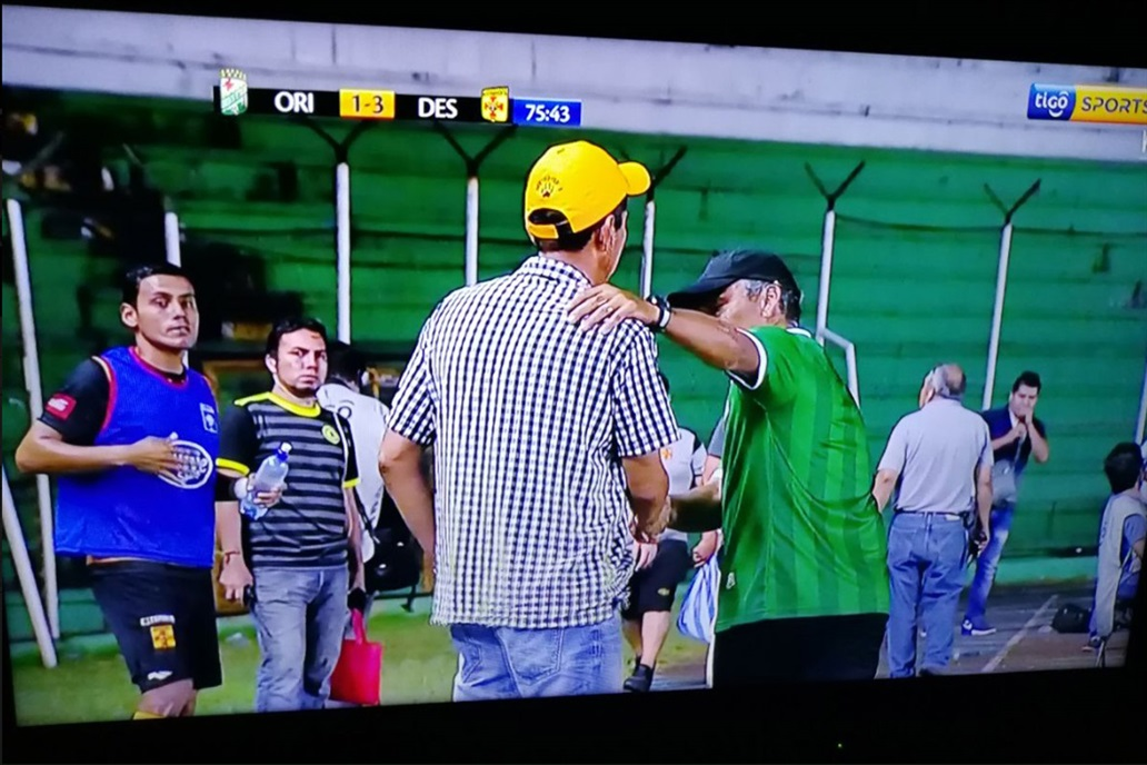 Nestor Clausen, Bolivia's Oriente Petrolero coach, leaving the bench of his team 3-1 Y... They just 4-4!