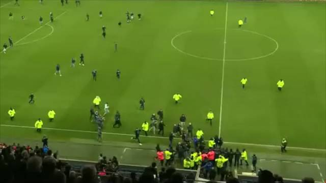 Los ultras del Le Havre invaden el terreno de juego para increpar a sus jugadores