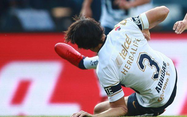 Escalofriante lesión de Alejandro Arribas en el Cruz Azul-Pumas de la Liga MX