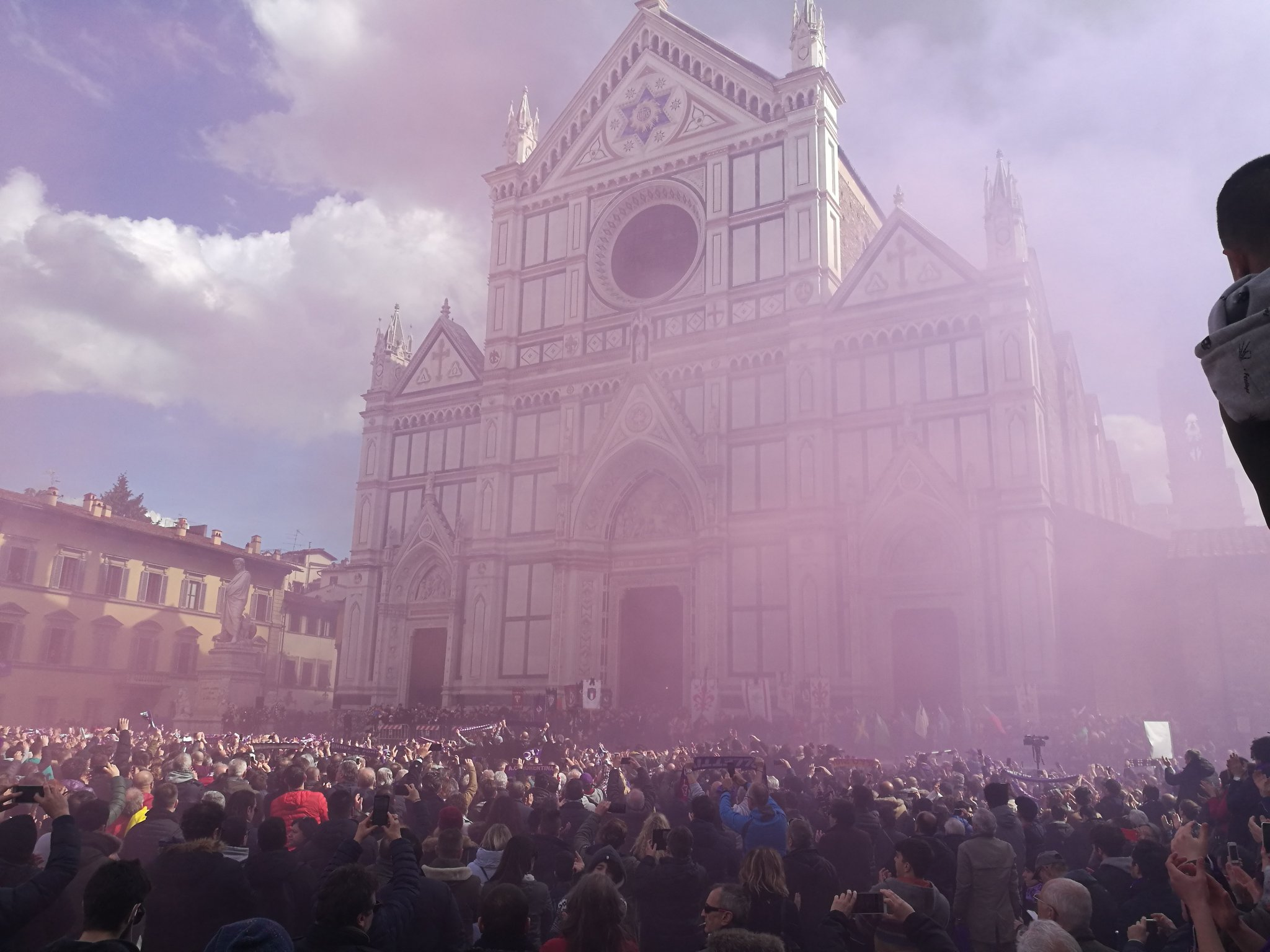 Florencia se tiñe de viola y rinde una espectacular despedida a Davide Astori