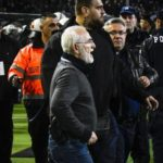 PAOK president down to the lawn armed by the match referee
