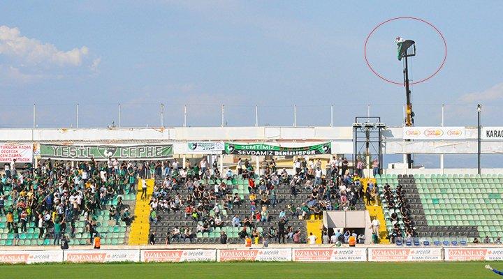 Ein Amateur bestraft ein Jahr ohne ein Stadion Eingabe, Er beschließt, einen Kran zu klettern um ihr Team zu beobachten