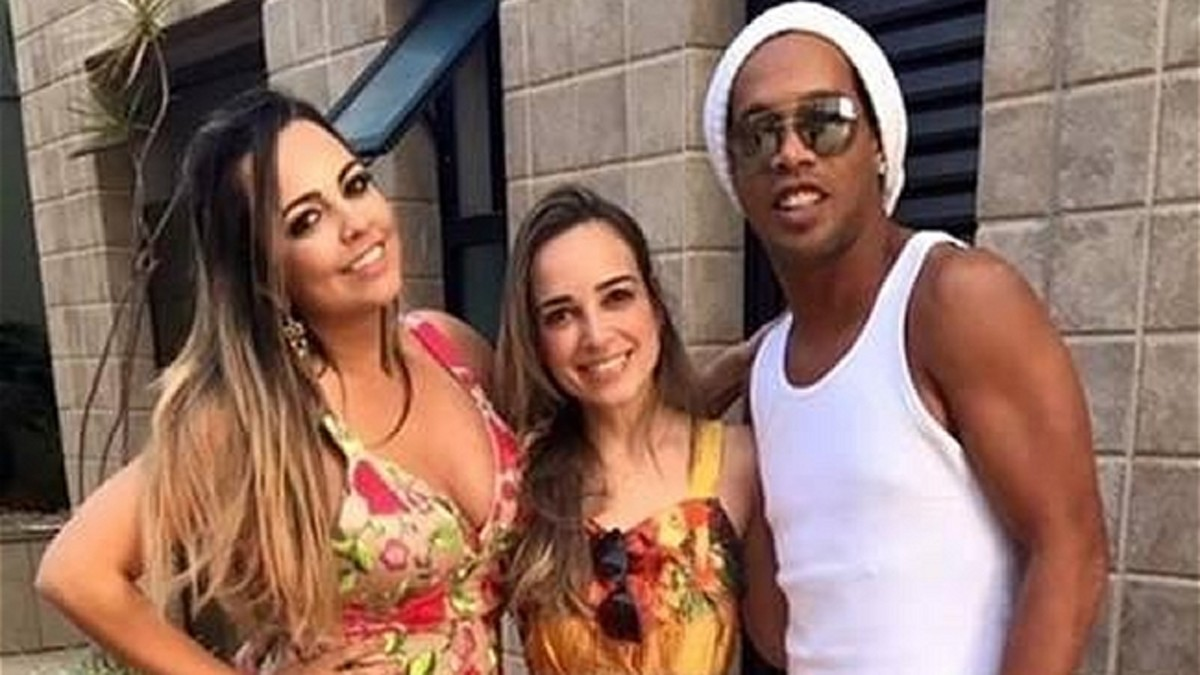 Ronaldinho anuncia su boda... ¡con dos mujeres!