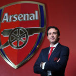 Unai Emery is presented as coach of Arsenal in an English homespun