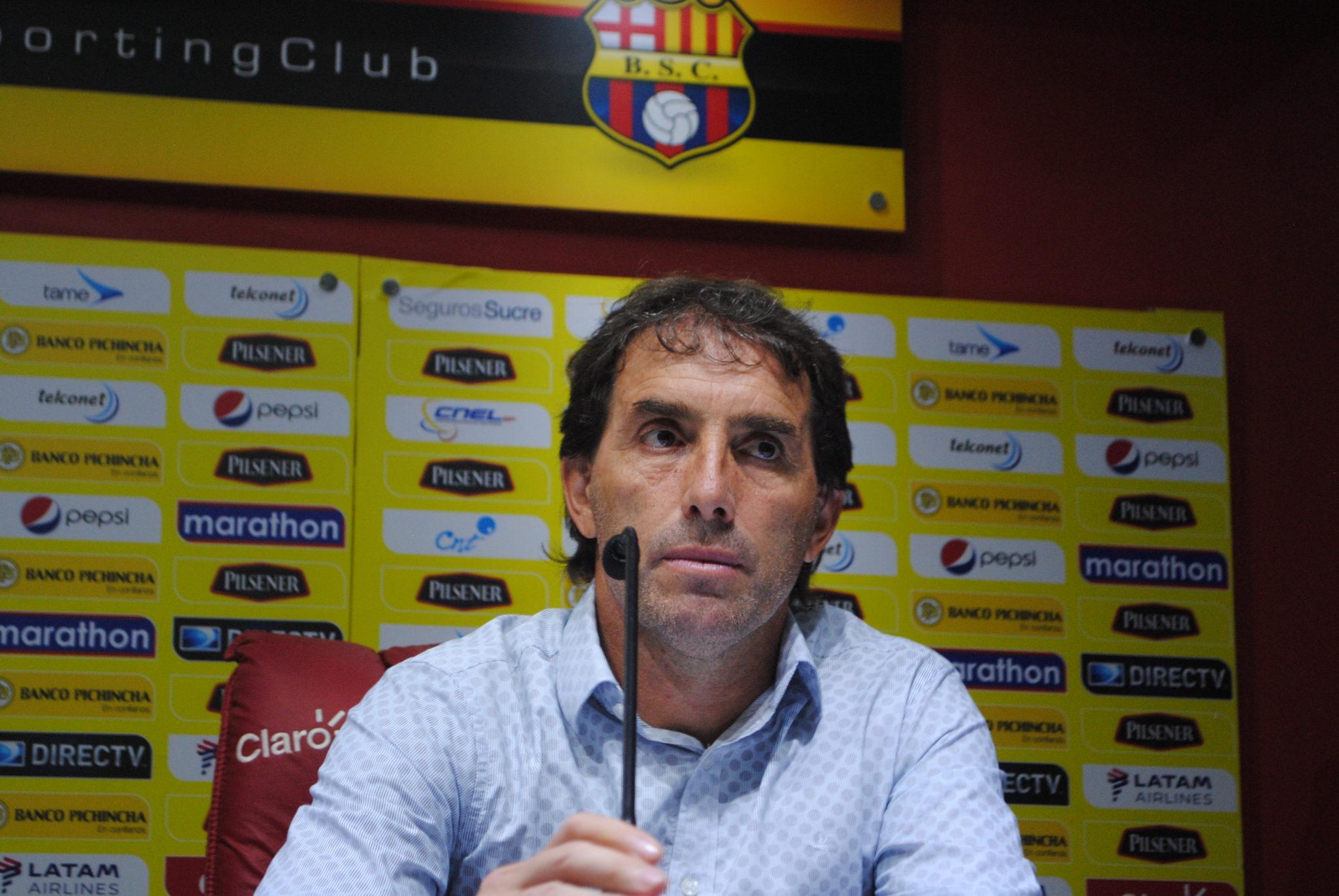 El entrenador del Barcelona SC escupe a un aficionado