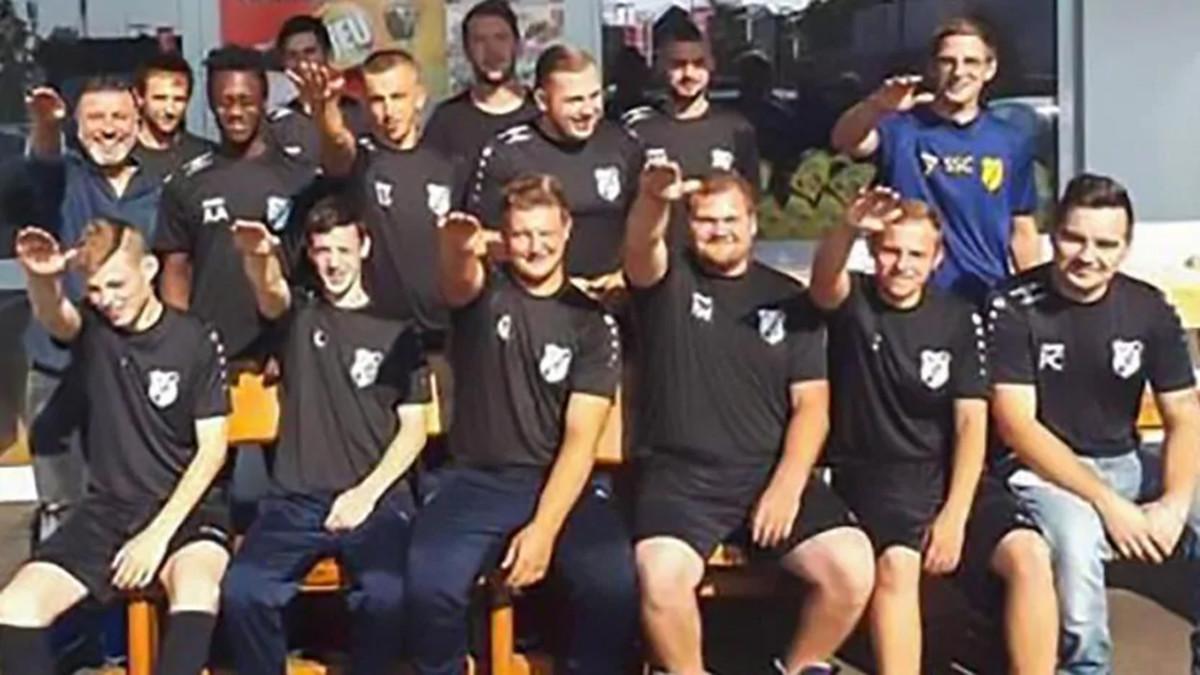 Siete jugadores alemanes despedidos por hacer el saludo nazi