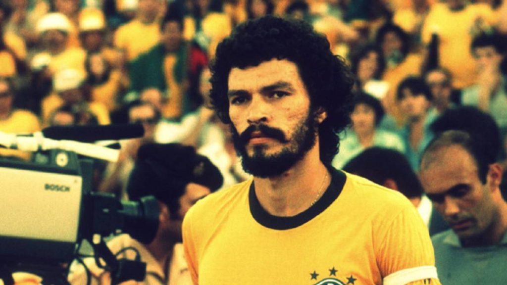 Sócrates, uno de los mejores futbolistas brasileños de la historia