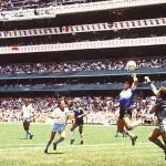 Maradona marcó el gol de la  mano de dios